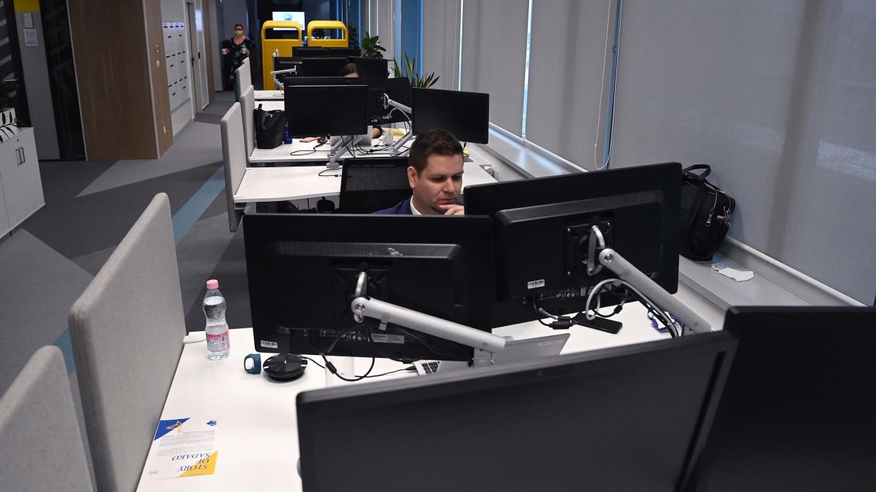 Budapest, 2021. április 13.A Roche Szolgáltató Kft. új irodája a XIII. kerületi Vésõ utcában 2021. április 13-án. Állami támogatással, 250 új munkahellyel bõvül a cég szolgáltatóközpontja, az új munkavállalók képzési programját 104 millió forint állami támogatás fogja segíteni.MTI/Bruzák Noémi