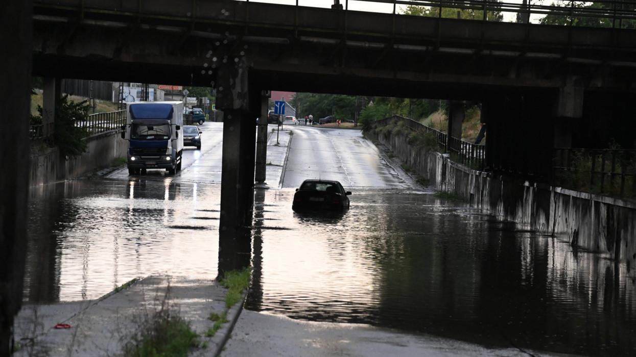 Budapest, 2021. július 9.Autók haladnak a felhőszakadás után esővízzel elárasztott úton Budapesten, az Illatos úton 2021. július 9-én. Az esőzés miatt több kerületben is korlátozásokra kell készülniük az autósoknak és a tömegközlekedéssel utazóknak.MTI/Mihádák Zoltán