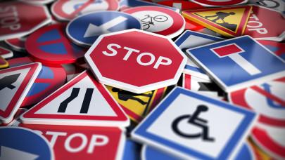 A megállni tilos tábla és a várakozni tilos tábla jelentése: Hol tilos megállni, a megállni tilos táblát mi oldja fel?