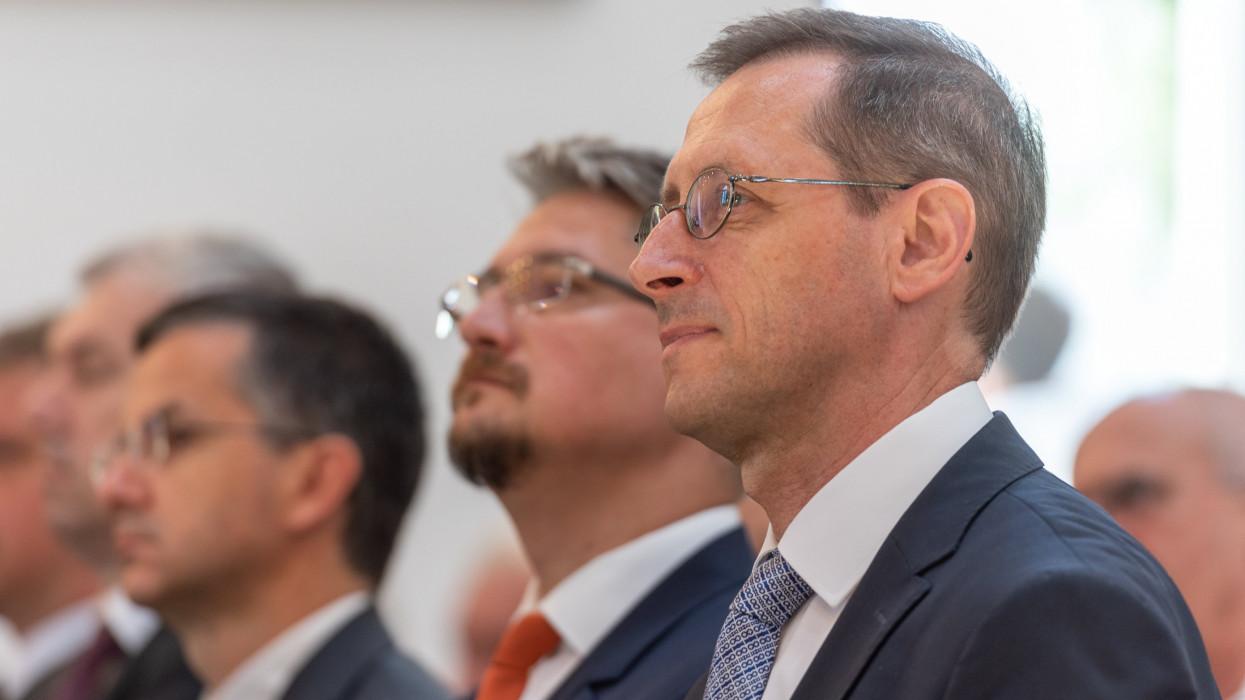 Mezõpanit, 2021. július 18.Varga Mihály pénzügyminiszter (j) és Bodó Elõd Barna, Mezõpanit polgármestere (j2) az új Mezõpaniti Református Templom szentelési és átadóünnepségén 2021. július 18-án. A Marosvásárhely melletti település templomának megépüléséhez a kormány több mint 350 millió forintos költségvetési támogatást nyújtott.MTI/Kiss Gábor
