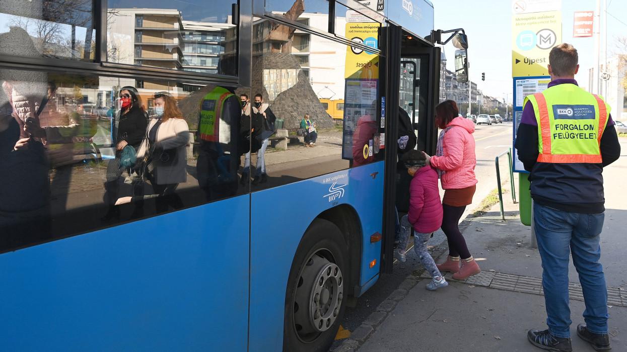 Budapest, 2020. november 7.Utasok szállnak fel egy metrópótló buszra a Nagyvárad téren 2020. november 7-én. Megkezdõdött a 3-as metróvonal rekonstrukciójának utolsó üteme a belvárosi szakaszon, ezért a metró nem jár a Lehel tér és a Nagyvárad tér között, helyette pótlóbuszokkal lehet közlekedni. A vonalszakasz felújítása a tervek szerint másfél évig tart.MTI/Bruzák Noémi