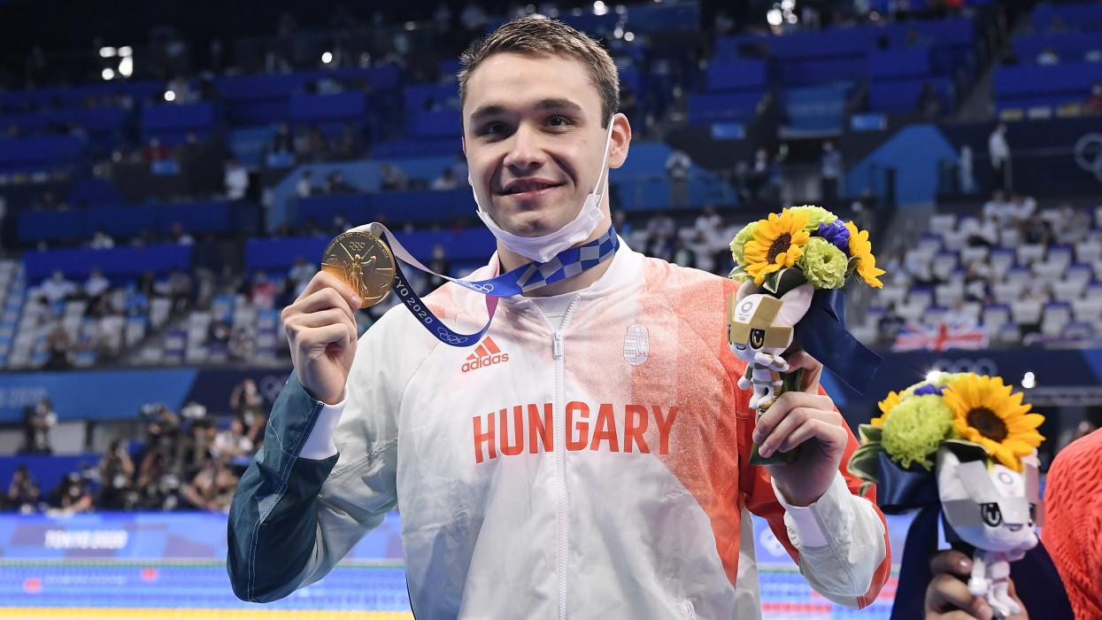 Tokió, 2021. július 28.Az aranyérmes Milák Kristóf a férfi 200 méteres pillangóúszás eredményhirdetésén a világméretû koronavírus-járvány miatt 2021-re halasztott 2020-as tokiói nyári olimpián a Tokiói Vizesközpontban 2021. július 28-án. A magyar úszó új olimpiai csúccsal, 1:51.25 perccel nyert.MTI/Kovács Tamás