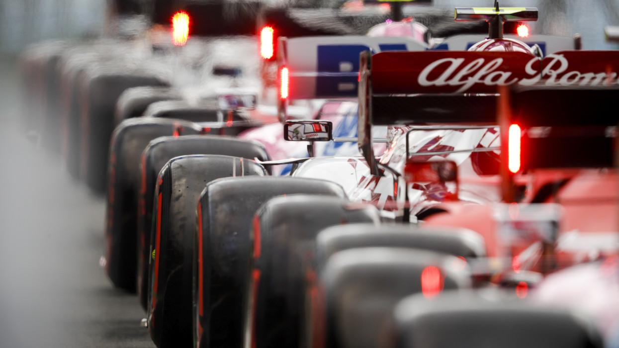 Mogyoród, 2020. július 19.A FIA által 2020. július 19-én közreadott képen versenyautók sorakoznak a Forma-1-es autós gyorsasági világbajnokság Magyar Nagydíjának idõmérõ edzésén a mogyoródi pályán, a Hungaroringen július 18-án.MTI/EPA/FIA/F1