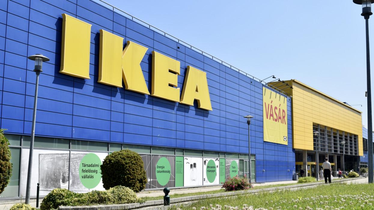 Budapest, 2021. június 17.Az IKEA könnyen összeszerelhetõ bútorok eladására szakosodott, multinacionális kiskereskedelmi üzlethálózat fõvárosi Örs vezér téri áruháza. Az IKEA nevet az alapítója adta, a nevének és lakóhelyének kezdõbetûibõl: Ingvar Kamprad, Elmtaryd, Agunnaryd.MTVA/Bizományosi: Branstetter Sándor ***************************Kedves Felhasználó!Ez a fotó nem a Duna Médiaszolgáltató Zrt./MTI által készített és kiadott fényképfelvétel, így harmadik személy által támasztott bárminemû – különösen szerzõi jogi, szomszédos jogi és személyiségi jogi – igényért a fotó szerzõje/jogutódja közvetlenül maga áll helyt, az MTVA felelõssége e körben kizárt.