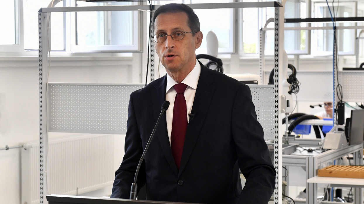 Esztergom, 2021. július 16.Varga Mihály pénzügyminiszter beszédet mond az Innomed Medical Zrt. esztergomi üzemcsarnokának avatásán 2021. július 16-án. Ezen a napon Varga Mihály avatta fel a magyar fejlesztésû defibrillátorokat, röntgen rendszereket és EKG-kat gyártó cég esztergomi üzemcsarnokát, mely 1,6 milliárd forintos beruházással jött létre. A 32 éves múltra visszatekintõ orvostechnikai vállalat a kormánytól 1,3 milliárd forintos támogatást kapott az Egészségipari támogatási programban.MTI/Máthé Zoltán