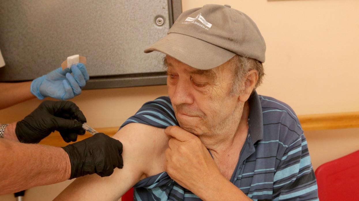 """Nagymányok, 2021. augusztus 1.Klausz Irén háziorvos beolt egy férfit a kínai Sinopharm koronavírus elleni vakcina harmadik adagjával a nagymányoki Váraljai """"Õszikék"""" Szociális Intézményben 2021. augusztus 1-jén.MTI/Kiss Dániel"""