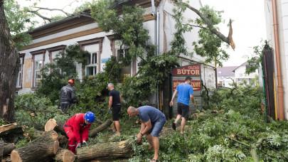 Rengeteg dolguk volt a tűzoltóknak: hatalmas pusztítást végzett a vasárnapi vihar