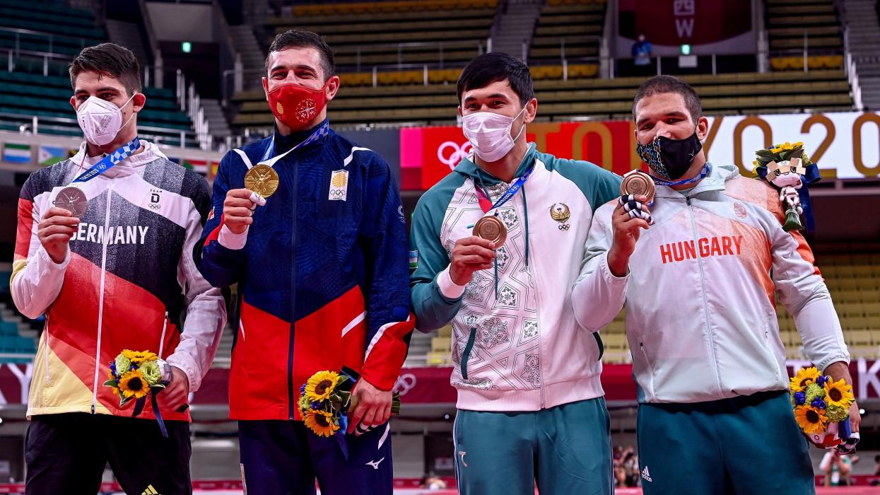 Tokió, 2021. július 28.Az aranyérmes georgiai Lasa Bekauri (b2), az ezüstérmes német Eduard Trippel (b), valamint a bronzérmes üzbég Davlat Bobonov (j2) és a magyar Tóth Krisztián (j) a férfi cselgáncsozók 90 kilogrammos súlycsoportjának éremátadóján a világméretû koronavírus-járvány miatt 2021-re halasztott 2020-as tokiói nyári olimpián a Nippon Budokan arénában 2021. július 28-án.MTI/Czeglédi Zsolt