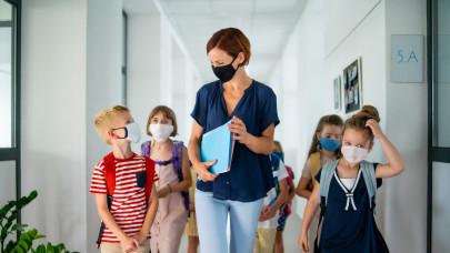 Visszahoznák az iskolákba a tesztelést, hőmérőzést: így tarol most a koronavírus az intézményekben