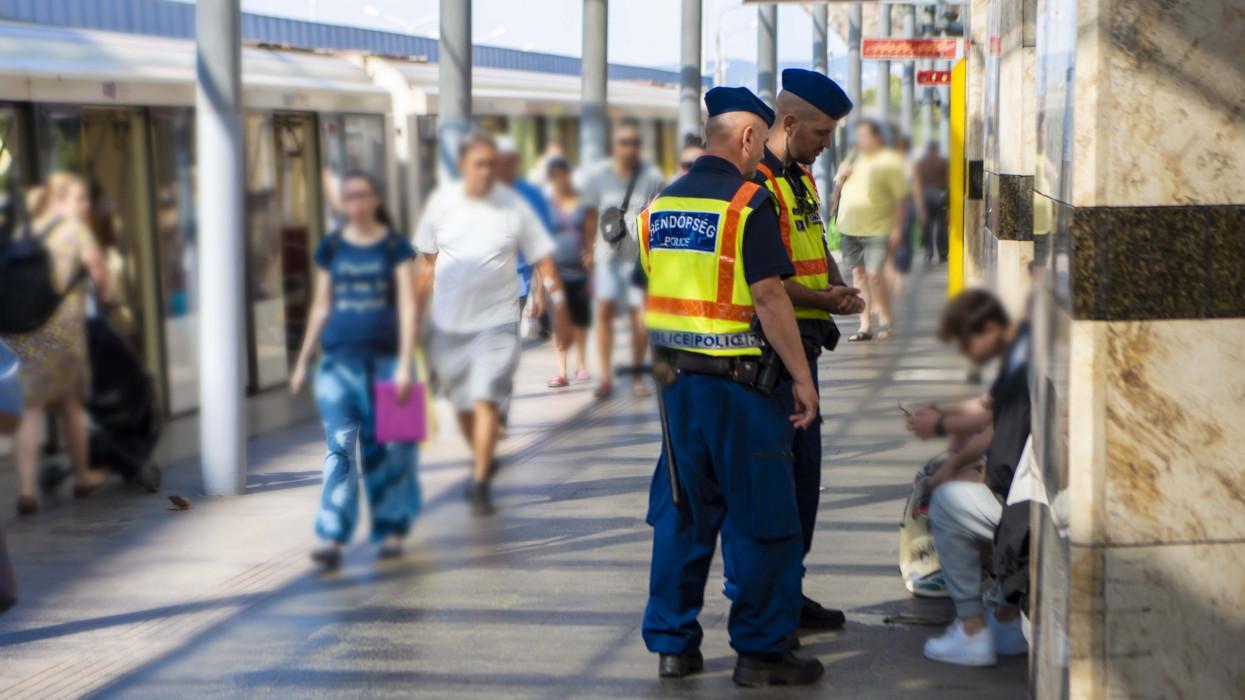 Odacsapnak a hatóságok: 0-24 járőröznek rendőrök az Örs vezér téren