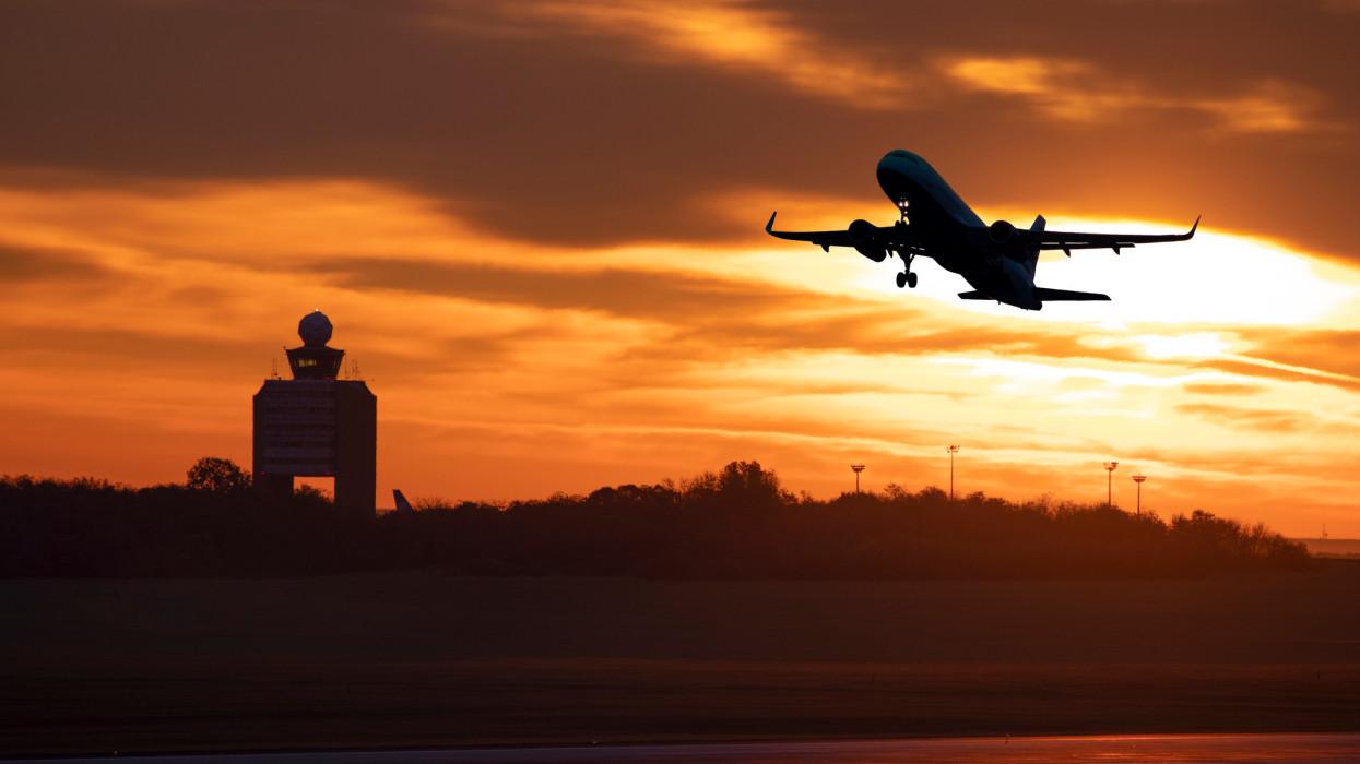 Megszólaltak a sztrájktól eltiltott légiirányítók: ennyivel csökkent a bérük