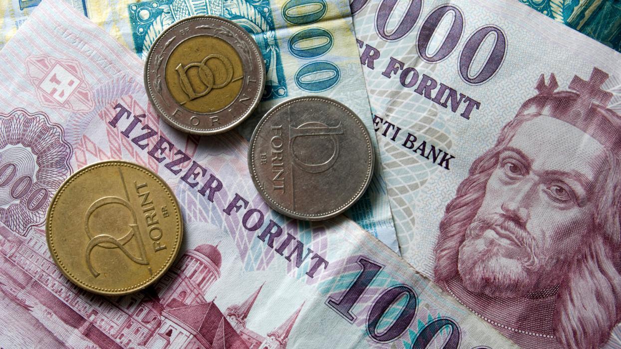 Hadat üzennek a készpénznek a magyar bankok: már így is túl sok van a párnacihákban
