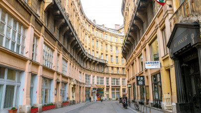 Nincsen fék a magyar lakáspiacon: bődületes mennyiségű hitelből vásároltak a magyarok