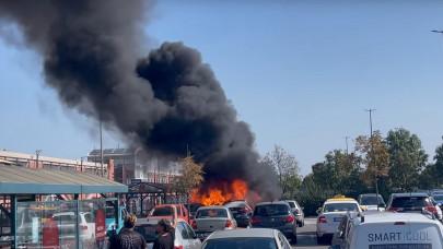 Óriási tűz a soroksári Auchannál: több autó is lángol a parkolóban + VIDEÓ