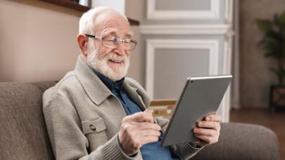 Özönlenek ebbe a bankba a nyugdíjasok: mégis, mire készülnek?