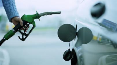 Sovány vigasz a magyar autósoknak: egyelőre nem emelkedik tovább a horrordrága benzin ára
