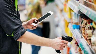 Hajmeresztő bérkülönbség: 150 ezer forinttal keres kevesebbet az a bolti eladó, aki itt melózik