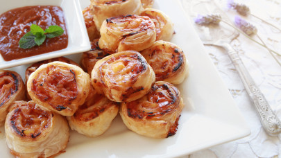 Hihetetlenül egyszerű pizzás csiga recept: Ehhez még tésztát sem kell dagasztanod!