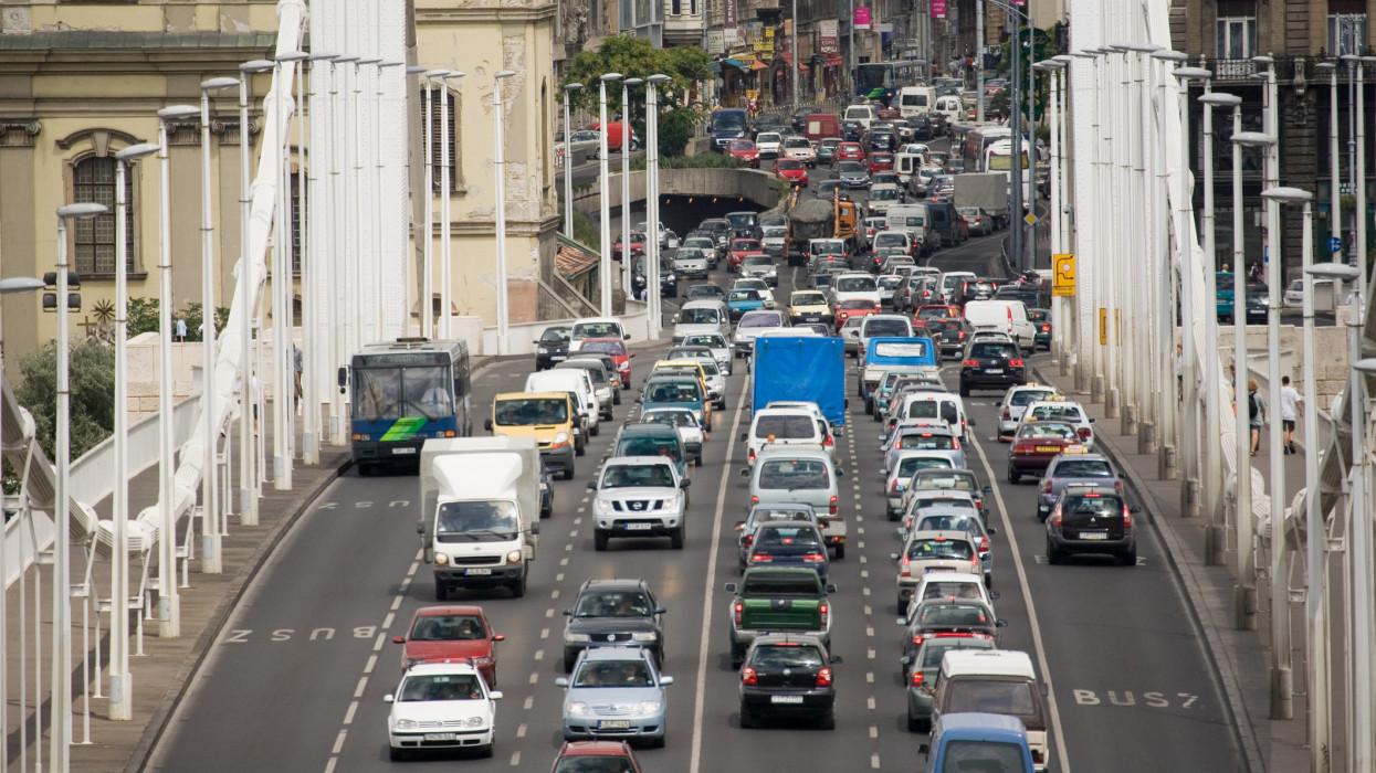 Kiszámolták: ennyibe kerül egy átlagos autós kötelező biztosítása Budapesten