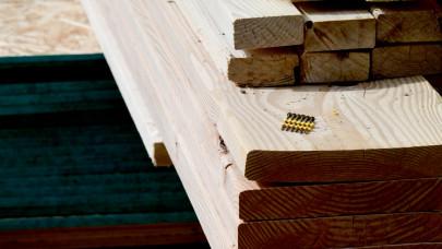 Folytatódik a horror a tüzépeken: elképesztő mértékben drágult a faanyag, a szigetelés