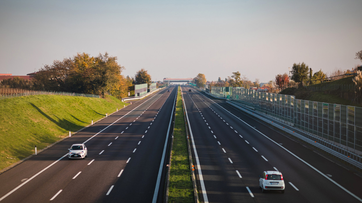 During the second lockdown due to covid-19 in Italy, many regions blocked traffic, except for urgent reasons of health, work or necessity. For this the highways have magically emptied.