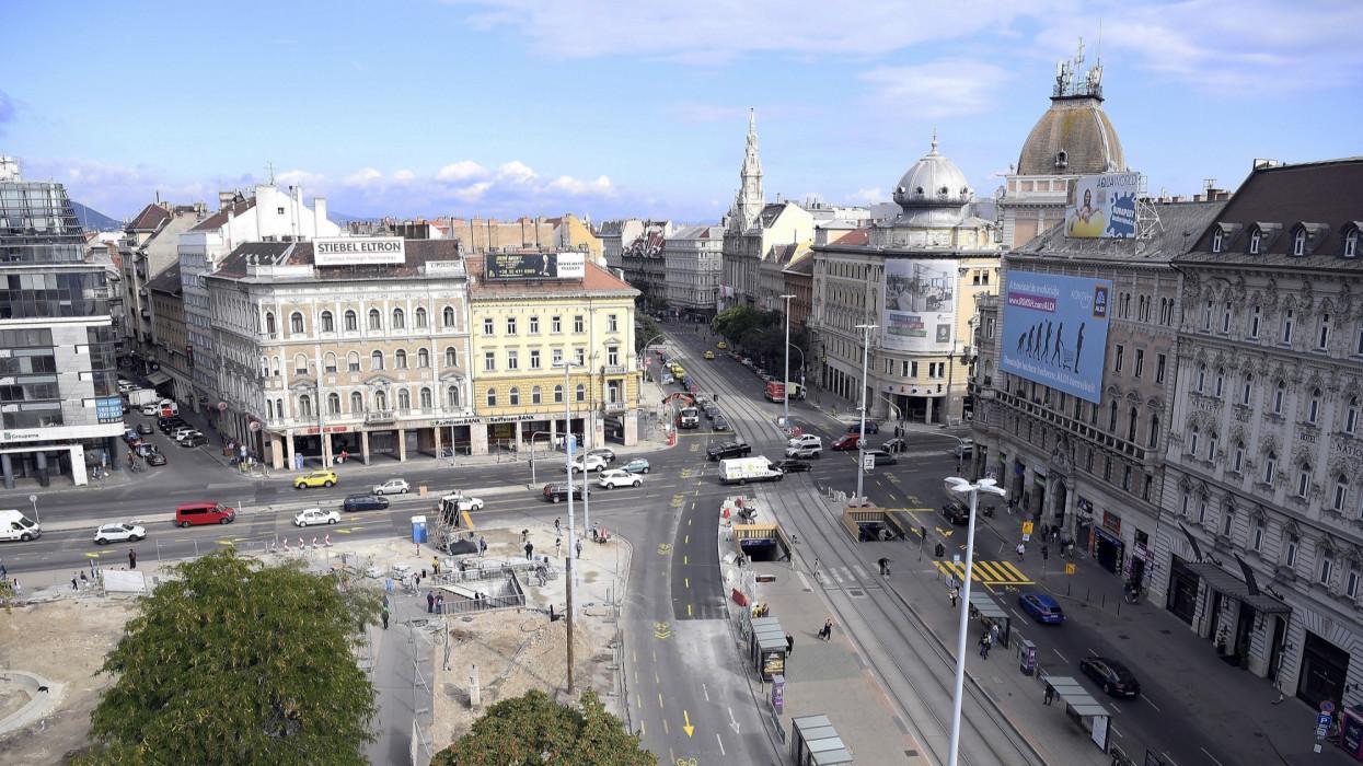Budapest, 2021. szeptember 18.A felújítás alatt álló Blaha Lujza tér 2021. szeptember 18-án. Ettõl a naptól ismét bõvített forgalmi kapacitással használhatják a fõvárosban a Rákóczi út-Nagykörút csomópontot az autóval közlekedõk.MTI/Kovács Tamás