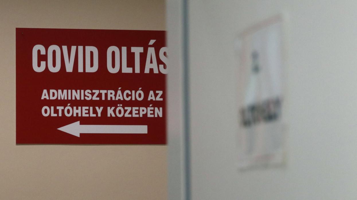 Miskolc, 2021. szeptember 19.Felirat a Borsod-Abaúj-Zemplén Megyei Központi Kórház és Egyetemi Oktatókórházban kialakított oltóponton Miskolcon 2021. szeptember 19-én.MTI/Vajda János