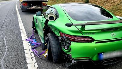 Szuperritka Mercedest törtek rommá az M7-esen: csak a fényezése milliós tétel