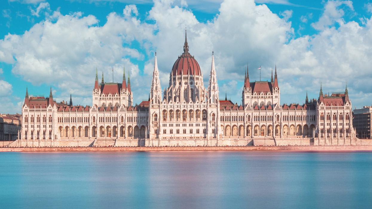 Összeül az Országgyűlés: ma dől el, meghosszabítják-e a vészhelyzetet Magyarországon