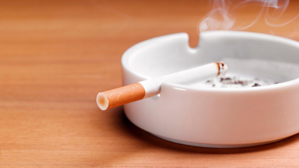 Súlyos százezrekkel rövidítik meg a magyar dohányosokat: nagyot nézhetnek majd a biztosítónál