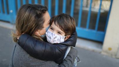 Egyre több helyen kötelező a maszk Magyarországon: durvul a járványhelyzet