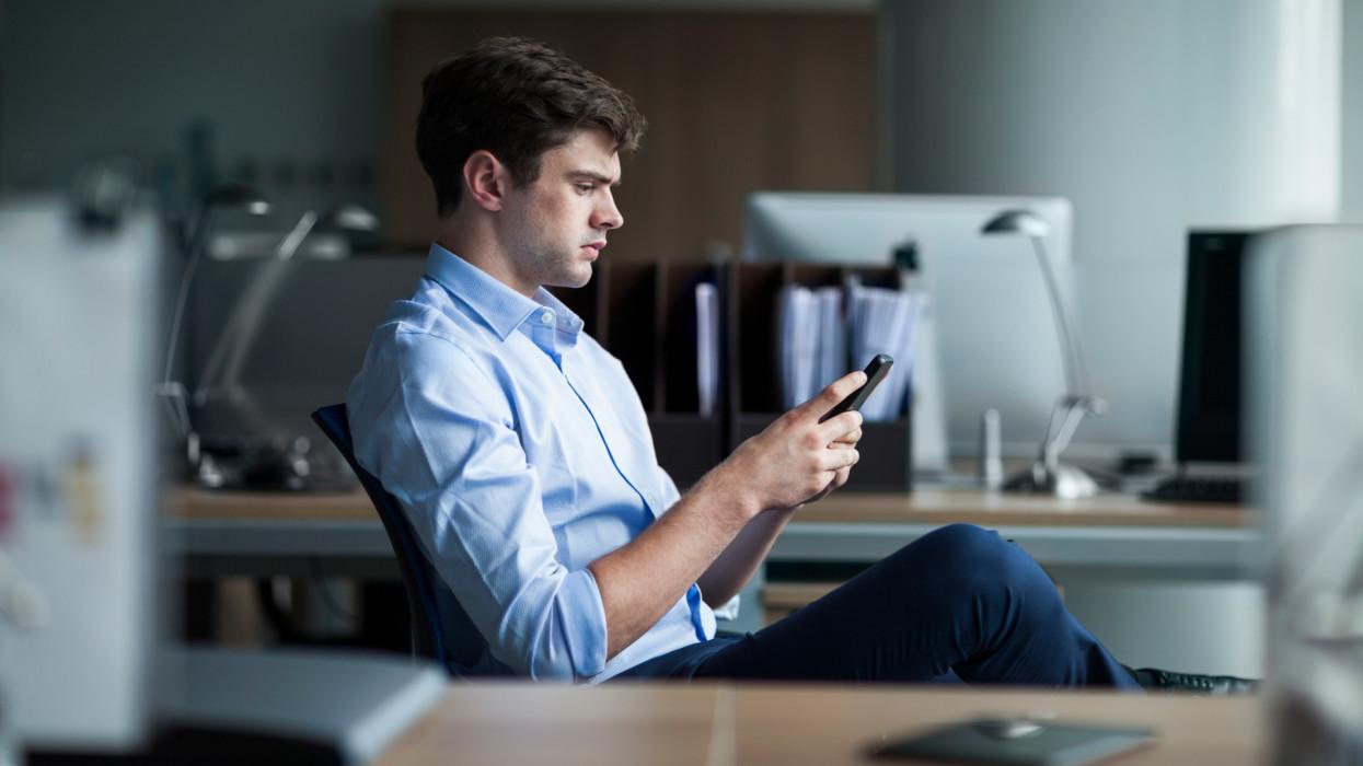 Businessman working on phone cimlapi