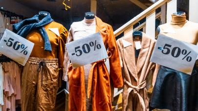 Elbúcsúzhatnak a vásárlók a ruhabolti akcióktól: drasztikusan megdrágul a textil