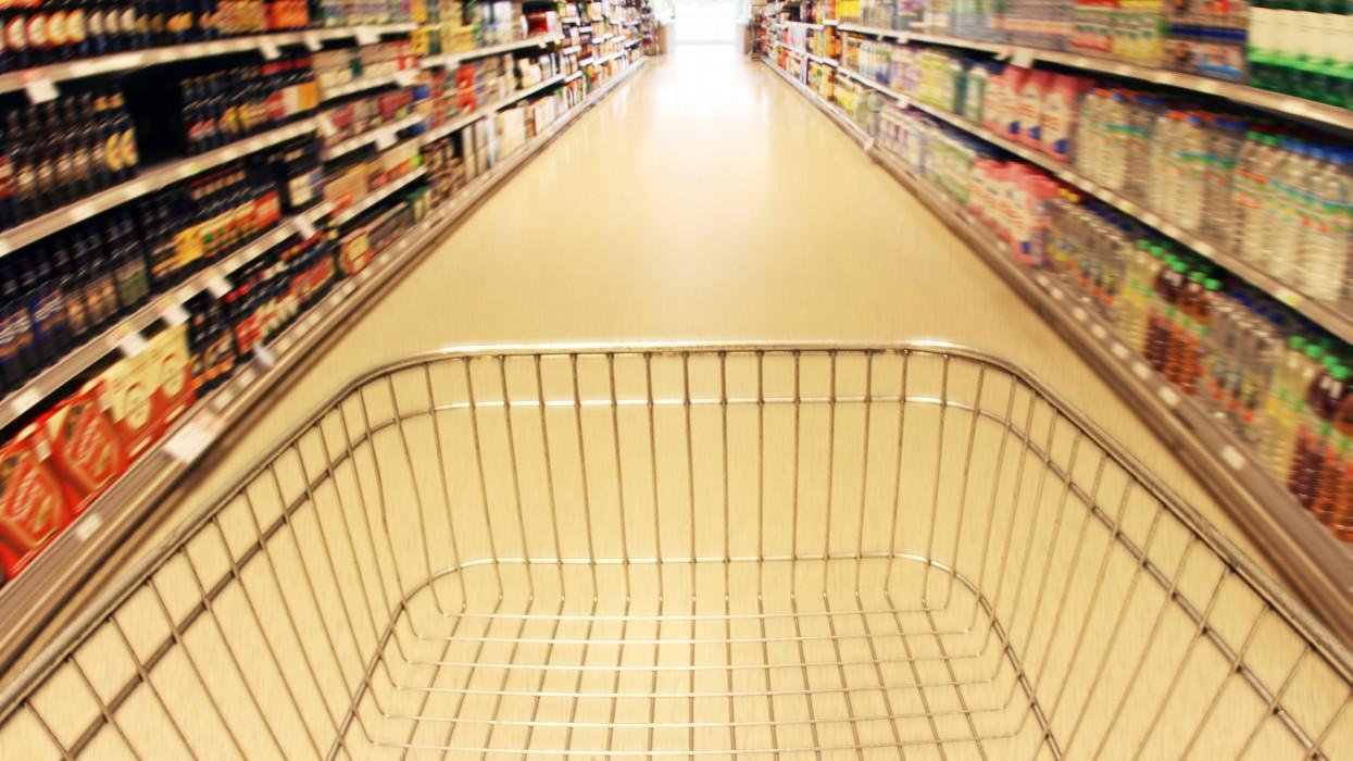 Őrült forgalom a magyar boltokban: 1200 milliárdot hagytak a kasszákban a vásárlók