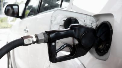 Nem áll le a horror a benzinkutakon: ekkora üzemanyagárakat még senki nem látott