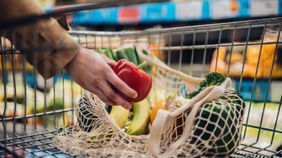 Brutál drágaság a magyar piacokon: már a bio zöldség, gyümölcs sem luxus, összeértek az árak