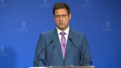 Gulyás Gergely bejelentette: kötelező munkahelyi védőoltás jön, visszatér a maszkhasználat is Magyarországon